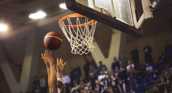 High-Cut Basketballschuhe empfehlen sich fuer Athleten, die viel unter dem Korb arbeiten