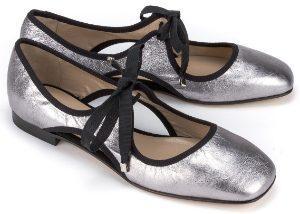 Uebergroessen Ballerinas mit Bindebaendern dekorative Cut-outs Leder Silber