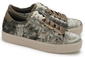 Multi-Gruene Kennel und Schmenger Sneaker in Uebergroessen mit satinierte Schleifenbaendern und Perlenbesatz