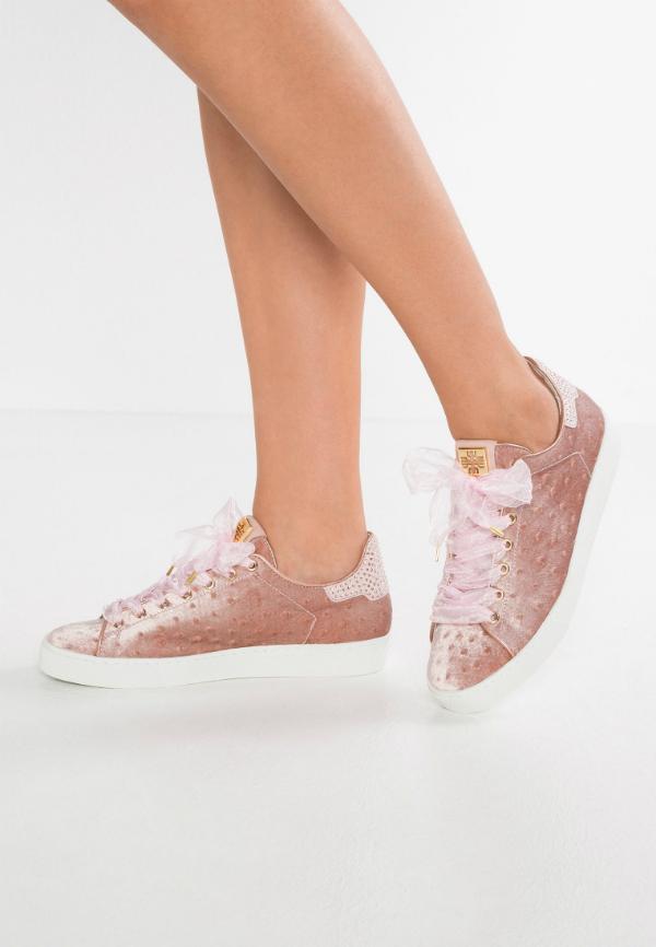 Rose Hoegl Sneaker in Uebergroessen mit Swarovski Kristalle auf der Hinterkappe
