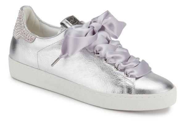 Silberne Hoegl Sneaker in Uebergroessen mit Swarovski Kristalle auf der Hinterkappe