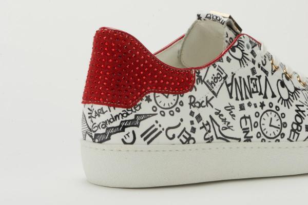Weisse Hoegl Sneaker in Uebergroessen mit Swarovski Kristalle auf der Hinterkappe