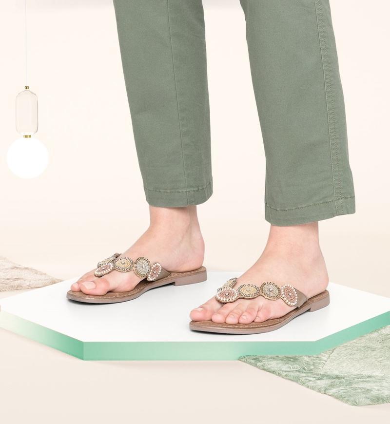 Zarte Creme-Nuancen und zeitlose Naturtoene Zehentrenner-Sandalen